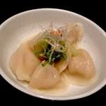 21967225 - 水餃子。¥350。もちもちの皮がとにかくたまらない美味さの水餃子。あっさりとした味わいで何個でも食べられそうな一品です。