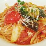 ワインハウス サノヤ - パスタランチ<\1,050>(ベーコンと野菜のトマトソースパスタのアップ、2013年9月)