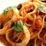 ウェルズ キッチン - 真イカとオリーブのトマトパスタ