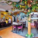 フォー ベト レストラン - 店内の真ん中には南国フルーツの木