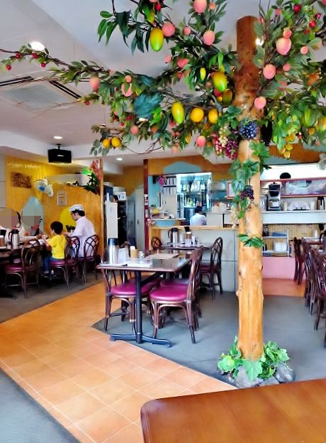 フォー・ベト - 店内の真ん中には南国フルーツの木