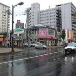 らっきょ - JRの琴似の駅を降りてらっきょに向かいます。この日はあいにくの雨でした。