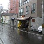 らっきょ - 右手の黄色い自動販売機の手前がお店です。車で行くときは向かいが駐車場になっています。