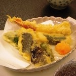 オテル・ド・マロニエ 下呂温泉 - 天ぷらです。奥のは海老かと思うでしょうが実はカニのてんぷらです。
