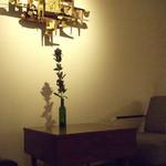 room - 壁際の席