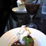 2199422 - 手前:キャラメルチーズケーキ ソフトアイスコーヒー 奥:ティラミスパフェ