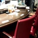食彩ダイニング ピノー - 入り口すぐにカーブしたお洒落なカウンター席