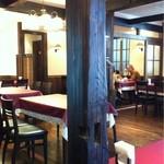 山惣 - 古い柱や梁を使ったシックな店内。