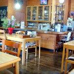 カフェレストラン 睦 - 店内は白木をメインとした明るい感じです