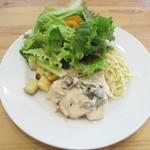 ラ・プルミエプゥッス - 若鶏ムネ肉のフリカッセ きのこ入りクリームソース