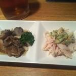 居酒屋 大ちゃん - お通し (左)ツブ貝(右)鶏ささみ