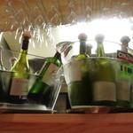 トリッパ - カウンターの上にあるワイン。こちらも飲み放題対象らしい。