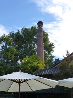 小布施堂 えんとつ - えんとつカフェの前には、茶色いレトロな「エントツ」がありましたヾ(^^ )