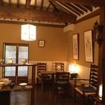 茶房 李白 - 李朝を模した内装に仕上げられた店内