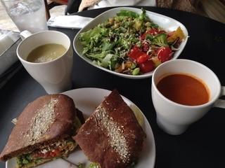 キウイ キッチン - サンドイッチとサラダ3種