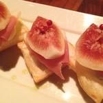 アカツキ - 間違いない一品。イチジクと生ハムとパイの実とリコッタチーズ(*_*)