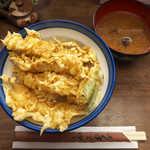 22023814 - 〔ランチ〕 いか天丼(¥750)。ふんわりソフトな衣に特徴あり。味噌汁はしじみ