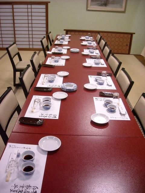 割烹よし田 - 13名分の席。畳にテーブルと言うアンマッチがまた良い。