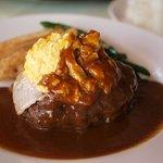 ソーセージレストランSMOKY - ベーコンとスクランブルエッグのせのデミグラスソースのハンバーグ
