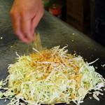 広島屋 - 料理写真:たくさんのキャベツを鉄板へ!!