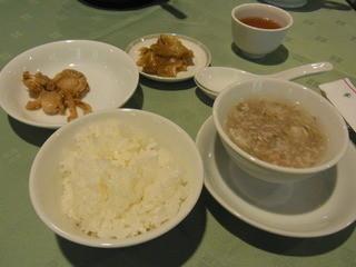 竹園 - 週替わりのランチC(1000円)につくご飯とホタテ煮付けとザーサイとスープ。ご飯はおひつが別に出てきました