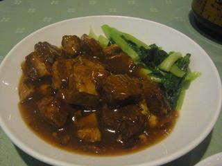 竹園 - メーンの豚ばら煮込みと青菜。2人分でもちょうどいい量でした