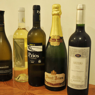 豊富なスペインワインをご用意しております。自慢のスペイン料理とご一緒にお楽しみください。