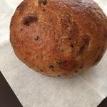 22042200 - 天然酵母パン、雑穀とくるみを練り込んで焼き上げてある