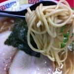 江戸金 - ラーメン(麺持ち上げ)