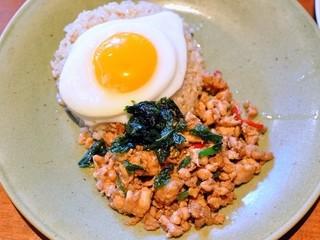 モンスーンカフェ ららぽーとTOKYO-BAY - 鶏肉のガパオ炒めご飯フライドエッグのせ