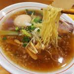 まるやす麺店 - 細麺ストレート、醤油ベースのスープにぴったりの正統派