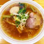 まるやす麺店 - 中華卵入り(¥750)。甘辛い味わいのスープが特徴的だ