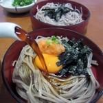 加辺屋 - この3つの味の楽しめる割子蕎麦に自慢の蕎麦出汁をぶっかけていただくと美味しい出雲蕎麦の完成です。