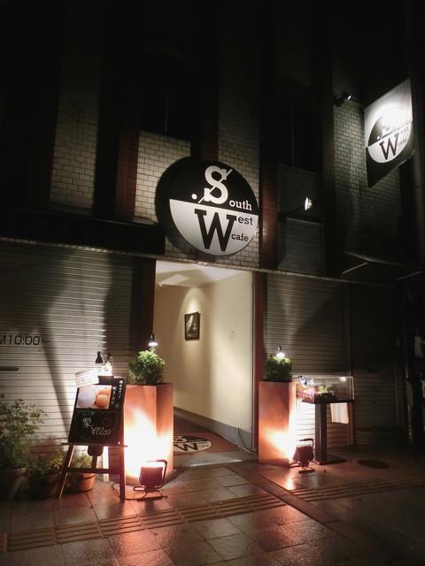 サウスウエストカフェ - この白い壁の通路の奥にお店があります。朝は4時まで。