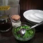 唐朝刀削麺 - 卓上にあるセルフパクチー