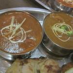 タージマハール - セットのカレー(左:バターチキン、右:ブラウンカレー)