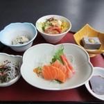 Hanamurasaki - 注文して暫くすると最初の御膳が運ばれてきました。