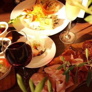 世界中の美味しいワインをセレクト。内容おまかせのコースも◎