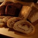 和酒バル KIRAZ - 突き出しにパン3種