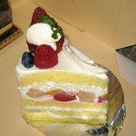 トロンコーニ - 4段スポンジに技が光る「ショートケーキ(\380)」。