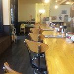 武蔵野天ぷら道場 - カウンター。 反対側にテーブル席も