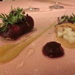 ミチノ・ル・トゥールビヨン - Betterave:        2色のビーツ キャベツとサンマのマリネ ジャガイモと帆立貝の燻製        秋刀魚の切り方とあしらった野菜、ホタテは燻製にしてじゃがいもと合わせてあるが、絶妙!!