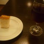22082963 - ノンアルコールワイン(赤)、自家製フォカッチャ一皿目