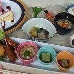 貴匠桜 MATTAKU - ランチは月ごとに献立や盛り付けがかわるお楽しみプレート。デザート1種付で1,500円