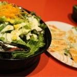 和の個室空間 桜坂 - コースのサラダとサーモン