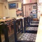 22091330 - カウンター席からテーブル席