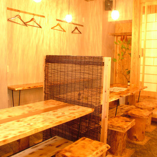 【テーブル席】木目の柔らかな雰囲気が心地良い空間