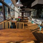 漁師カフェ 堂ヶ島食堂 - 広く海側に面したテーブル