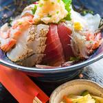 漁師カフェ 堂ヶ島食堂 - 海鮮漁師丼 その日のネタが8点くらい付く