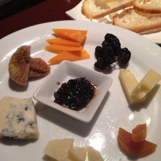 自家製のタマネギジャムを添えた輸入チーズ。